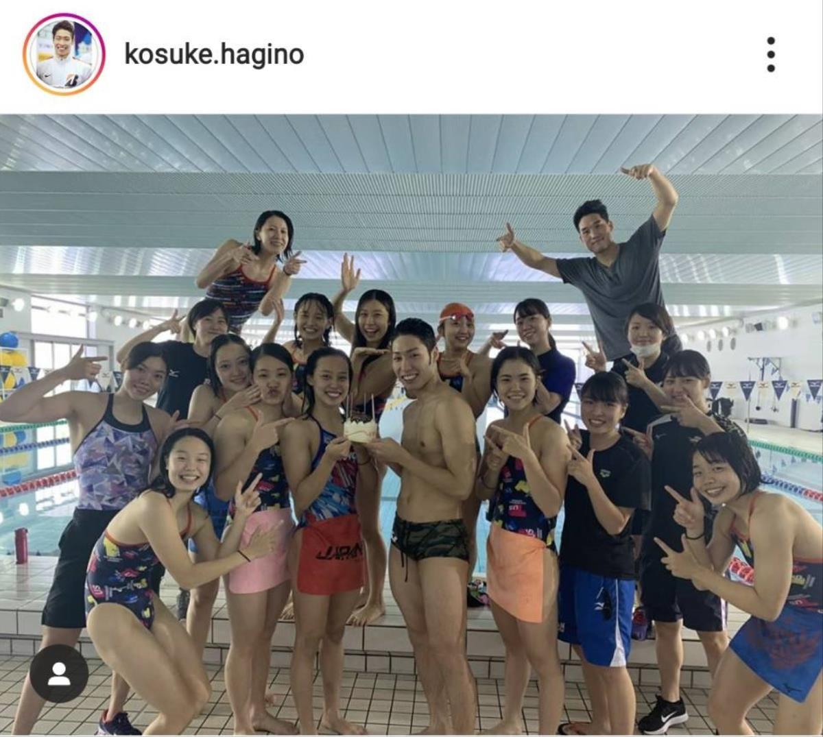 誕生日を祝われる競泳の萩野公介と今井月(インスタグラムより@kosuke.hagino