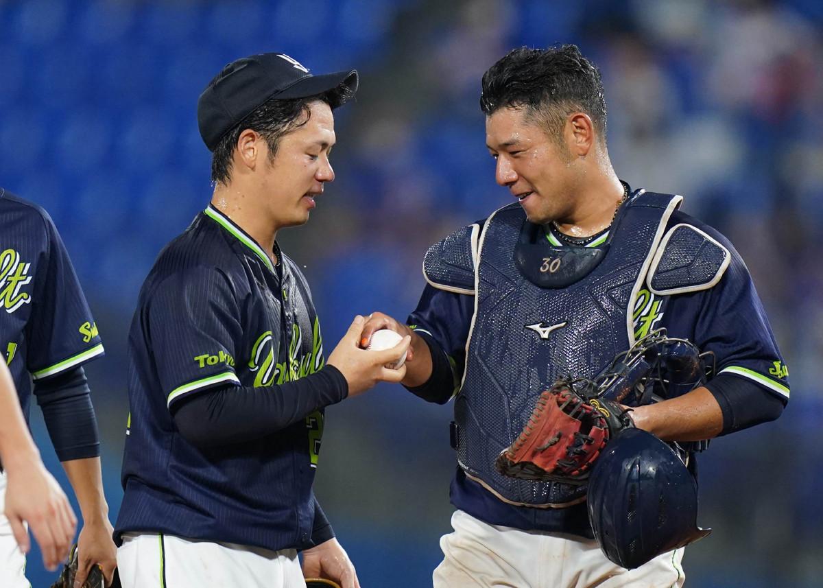 ノーヒットノーランを達成して西田からウイニングボールを受け取る小川泰弘(左)(カメラ・矢口 亨)