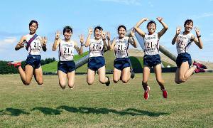 北海道大学女子駅伝で4連覇を達成し喜ぶ札幌国際大のメンバー