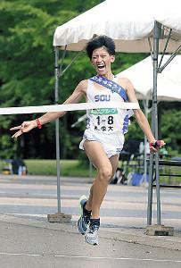 男子で3連覇のゴールを切る札幌学院大のアンカー宮本