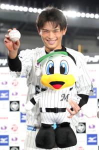 ヒーローインタビューでプロ初ヒットのボールを手に笑顔の和田康士朗