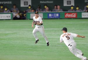 2回2死二塁、一塁ゴロを放った植田海のベースカバーに走る菅野智之(右は中島宏之)
