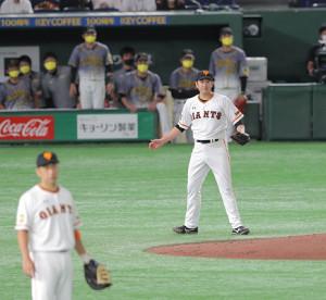 6回2死二塁、サンズを右飛に打ち取った菅野智之(左は中島宏之)