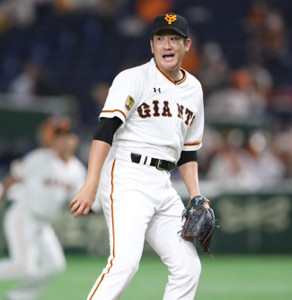 7回無死、大山悠輔の三塁ゴロで三塁手の岡本和真に大きな声で指示をする先発投手の菅野智之