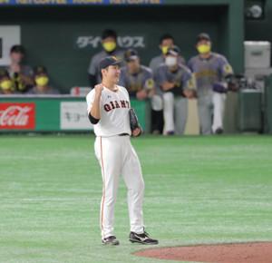 9回2死一塁、大山悠輔を二飛に打ち取り開幕8連勝を達成した菅野智之は右手でガッツポーズ