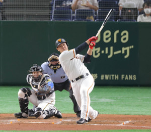 4回2死、左中間に先制のソロ本塁打を放つ岡本和真