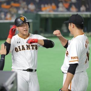 4回2死、17号先制本塁打を放った岡本和真(左)を迎える菅野智之(カメラ・橋口 真)