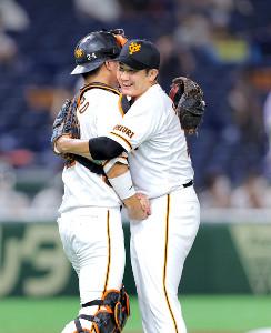阪神打線を完封し、開幕8連勝を達成した菅野(右)は歓喜のあまり捕手・大城と抱き合って喜ぶ(カメラ・橋口 真)