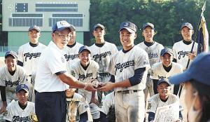 ナインからウィニングボールを渡され喜ぶ関代表(中央左)