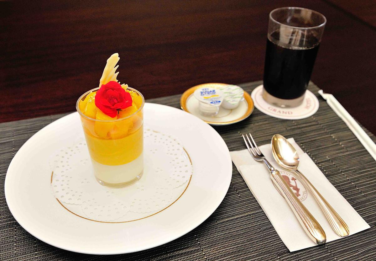 宮崎県産マンゴー杏仁プリンとアイスコーヒー(日本将棋連盟提供)