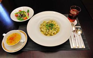 藤井棋聖が注文した「福岡産高菜ピラフ(スープ・サラダつき)」とウーロン茶(日本将棋連盟提供)