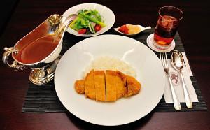木村王位が注文した「糸島ポークカツカレー(サラダつき・ライス少なめ)」(日本将棋連盟提供)