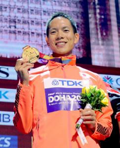 世界陸上の表彰式で金メダルを手に笑顔を見せる鈴木雄介