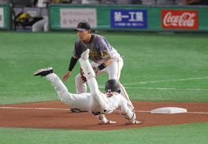 6回無死、右線へ三塁打を放ち、三塁へヘッドスライディングする重信慎之介