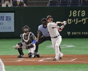 6回無死三塁、坂本勇人の中犠飛で先制する