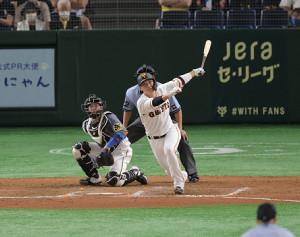 8回1死一塁、坂本勇人が左中間適時二塁打を放つ