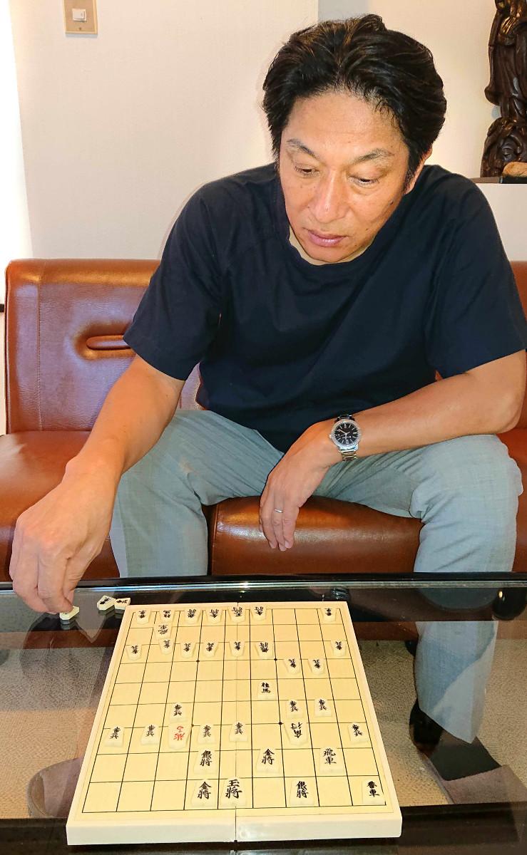 夏合宿の休憩時間に将棋を楽しむ青学大・原監督。勝負師として真剣な表情に