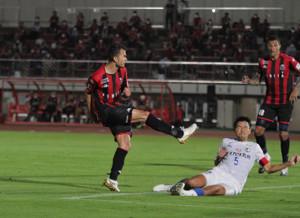 後半44分、同点ゴールを決める札幌MFルーカスフェルナンデス(左)
