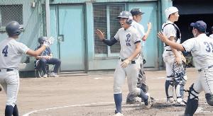 3回に京都南山城・伊奈主将の適時三塁打で生還し喜ぶ細川らナイン