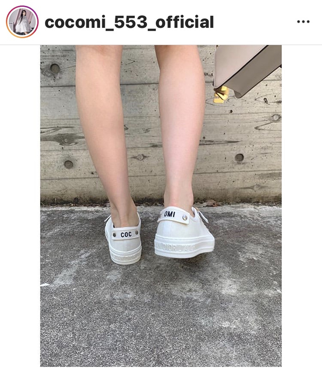 左足に「COC」、右足に「OMI」と刺しゅうされたスニーカー=Cocomiのインスタグラム(@cocomi_553_official)より=