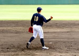 最後の打者を三振に取り、右手でガッツポーズする大道