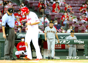 3回1死満塁、畠が鈴木誠に押し出し四球を与え、ベンチを出る原監督(手前は生還する三塁走者・大瀬良=カメラ・中島 傑)
