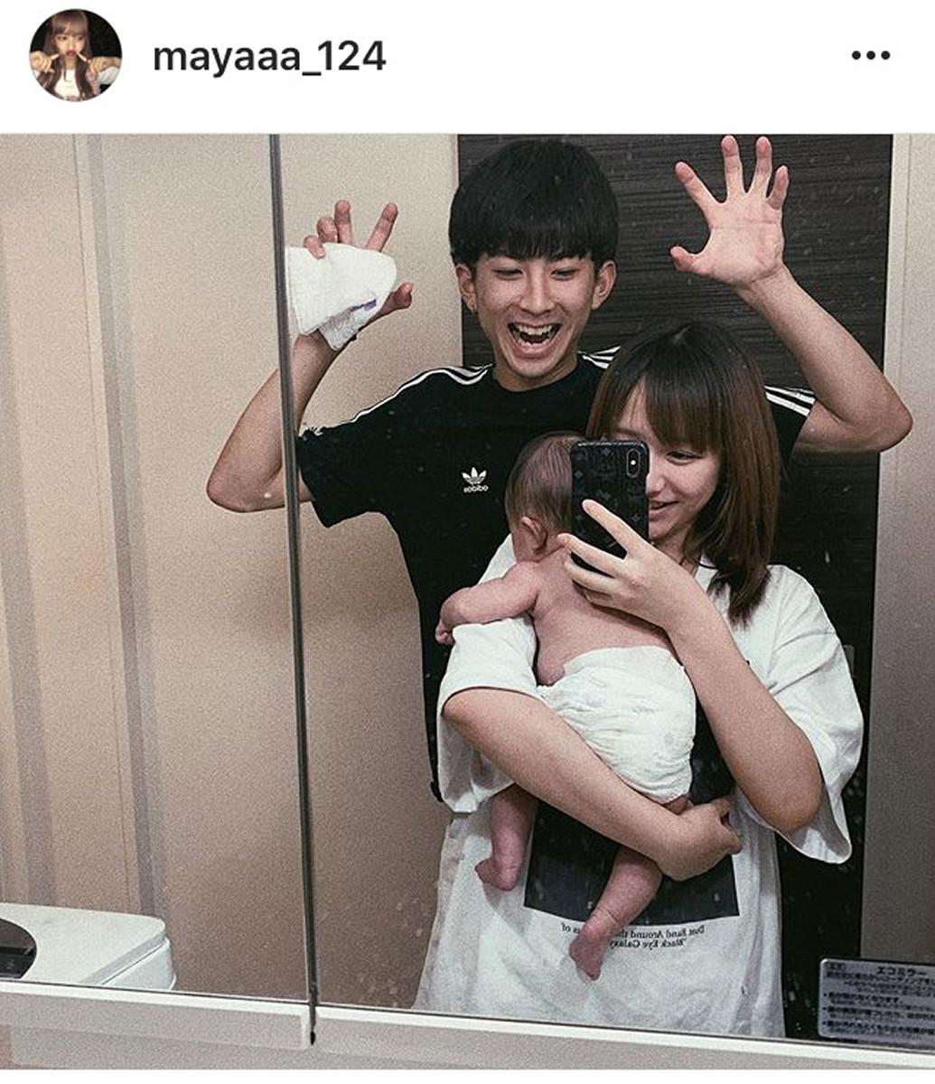"""""""しゅんまや""""16歳の重川茉弥、赤ちゃんあやす18歳夫・前田俊の謎ポーズ披露し反響「幸せそう」"""