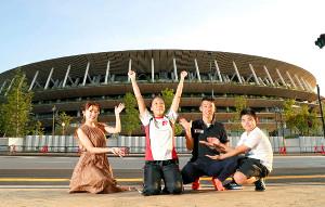 国立競技場をバックにポーズを決めた(左から)高橋みなみ、高田千明、夫の裕士さん、長男・諭樹くん