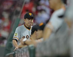 8回1死一塁、投手の交代をしてベンチに戻る原辰徳監督