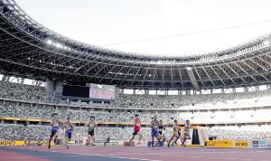 男子100メートル決勝で力走する桐生(中央)ら選手たち。新しくなった国立競技場で初めて陸上大会が開催された(カメラ・竜田 卓)