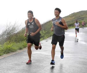 登山コースをランニングをする菅野智之と直江大輔(右)