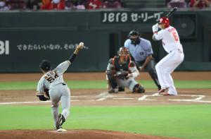 1回、プロ初登板初先発の直江大輔が第1球を投じる(打者・長野、捕手・大城)