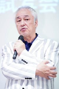 報道陣の質問に答える原田大二郎(カメラ・矢口 亨)