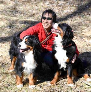 直木賞受賞となった今作の主役は犬。愛犬と戯れ笑顔の馳星周さん(本人提供)
