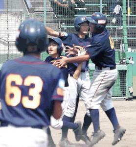 サヨナラで生還した高槻・射場(右)は、決勝打の吉田(右から3人目)らと大喜び