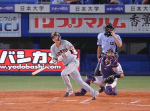 2回2死一、三塁、坂本勇人が逆転の左中間2点適時二塁打を放つ(捕手・中村悠平)(カメラ・生澤 英里香)