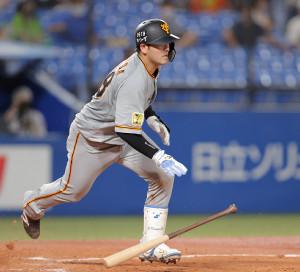 3回2死一塁、右へ二塁打を放つ岸田行倫(カメラ・中島 傑)
