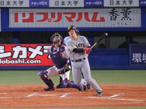 6回2死一、二塁、岡本和真が右前適時打を放つ(捕手・中村悠平) (カメラ・生澤 英里香)