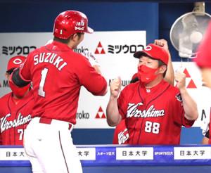 9回無死、左越え14号ソロ本塁打を放た鈴木誠也を迎える佐々岡真司監督