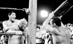 ジャイアント馬場(左)がフレッド・ブラッシーをつかまえ吉村道明がイス攻撃(1969年7月1日、川崎球場)