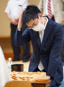 羽生善治九段に敗れた後の梶浦宏孝六段(日本将棋連盟提供)