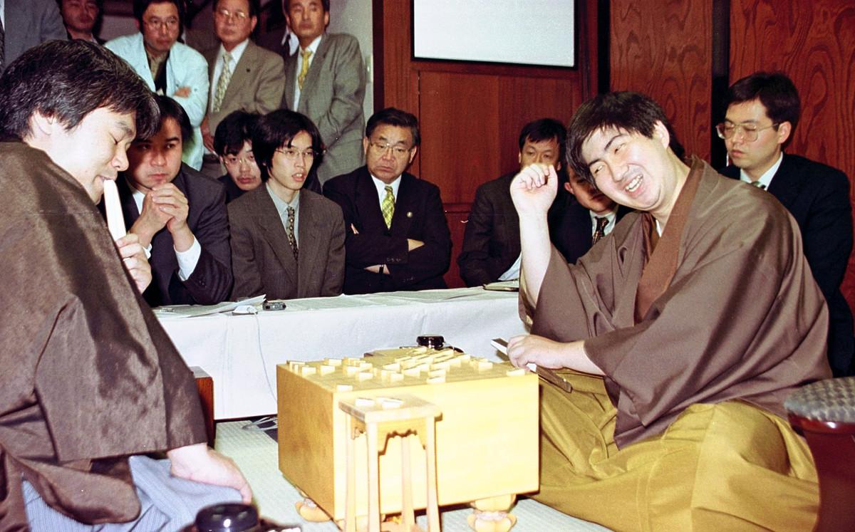1999年度の竜王戦第4局で藤井猛竜王(左)から待望の1勝を挙げた鈴木大介六段(いずれも当時)