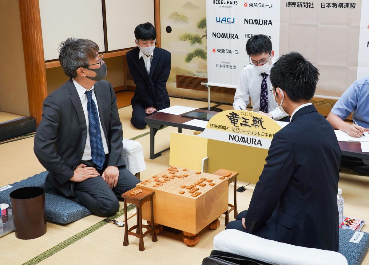 羽生九段(左)との感想戦に臨む梶浦宏孝六段(日本将棋連盟提供)