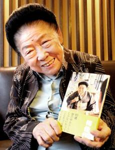2012年の本紙のインタビューで珍しい洋服姿を披露した内海桂子師匠