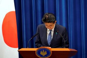 会見で辞任意向を表明した安倍首相(ロイター)