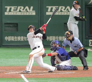 5回1死、中越え二塁打を放つ岡本和真