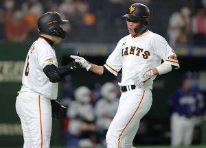 2回2死一、二塁、岡本和真の左前適時打で二塁から生還し丸佳浩(左)とハイタッチをする坂本勇人