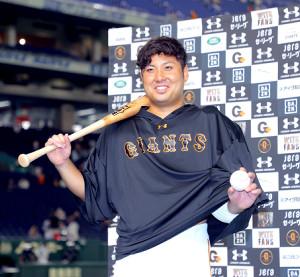 投打に活躍した今村はヒーローインタビュー後、バットとボールを手に笑顔を見せた(カメラ・中島 傑)