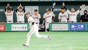 2回1死満塁、同点適時打を放ち、盛り上がる一塁ベンチの前を駆け抜ける今村