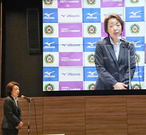ライフル射撃の高校生オンライン大会を視察した橋本五輪相